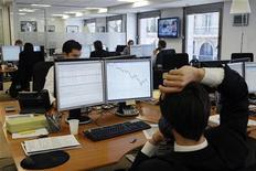 <p>Plus de la moitié des professionnels de la finance en France ont vu leur bonus baisser et leur salaire stagner entre 2010 et 2011, et 44% d'entre eux envisagent de changer d'employeur, selon l'enquête annuelle d'eFinancialCareers.fr. /Photo d'archives/REUTERS/John Schults</p>