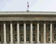 <p>La Bourse de Paris s'inscrit en nette hausse à la mi-journée. Le CAC 40, soutenu par des résultats jugés encourageants publiés par plusieurs grands groupes européens, progresse de 1,72% à 3.223,90 points vers 13h et GDF SUEZ est la seule valeur de l'indice à évoluer dans le rouge. /Photo d'archives/REUTERS/Benoît Tessier</p>