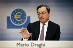 <p>Mario Draghi, le président de la BCE. La Banque centrale européenne devra reprendre son programme de rachat de titres de dettes souveraines de pays de la zone euro dans le courant des trois prochains mois. En cause, le niveau élevé des rendements sur les titres de plusieurs pays et la rechute en récession du bloc, selon une enquête Reuters auprès d'économistes. /Photo prise le 4 avril 2012/REUTERS/Kai Pfaffenbach</p>