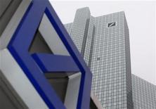 <p>Deutsche Bank affiche un bénéfice imposable en baisse au premier trimestre, à 1,9 milliard d'euros, en raison de charges exceptionnelles et d'une activité de trading en demi-teinte. /Photo d'archives/REUTERS/Ralph Orlowski</p>