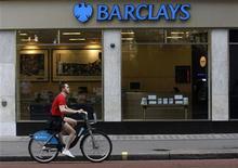<p>Barclays enregistre au premier trimestre une hausse de 22% de son bénéfice, dépassant ainsi le consensus, grâce à la forte croissance du revenu de sa banque d'investissement et à une diminution des créances douteuses et irrécouvrables. /Photo d'archives/REUTERS/Suzanne Plunkett</p>