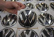 <p>Le constructeur allemand Volkswagen fait état d'un bénéfice d'exploitation en hausse au premier trimestre, à 3,2 milliards d'euros contre 2,9 milliards d'euros un an plus tôt, à la faveur de ventes record de véhicules. /Photo prise le 7 mars 2012/REUTERS/Fabian Bimmer</p>