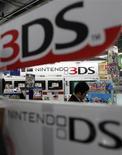 <p>Nintendo annonce qu'il va renouer avec les bénéfices cette année grâce à l'affaiblissement du yen, après avoir publié sa première perte opérationnelle pour son exercice 2011-2012, plombé par le plongeon des ventes de sa console Wii et la faible demande pour sa nouvelle console portable 3DS. /Photo prise le 25 avril 2012/REUTERS/Toru Hanai</p>
