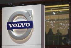 <p>Volvo compte augmenter sa production à la faveur d'une reprise de la demande en Europe, région pour laquelle le deuxième constructeur mondial de poids lourds a relevé ses objectifs annuels après des résultats meilleurs que prévu au premier trimestre. /Photo prise le 7 mars 2012/REUTERS/Denis Balibouse</p>