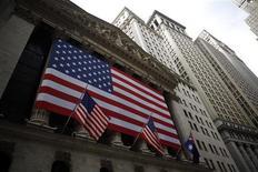 <p>La Bourse de New York a ouvert sur une note hésitante jeudi après sa nette hausse de la veille, les chiffres jugés décevants des inscriptions au chômage aux Etats-Unis et les résultats publiés par certaines grandes entreprises favorisant les prises de bénéfices. Après avoir débuté dans le rouge, le Dow Jones gagnait 0,05% quelques minutes après le début des échanges, le S&P-500 cédait 0,14% et le Nasdaq gagnait 0,07%. /Photo d'archives/REUTERS/Eric Thayer</p>