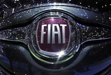 <p>Fiat a publié des résultats trimestriels supérieurs aux attentes grâce aux performances de sa filiale américaine Chrysler, qui affiche des profits sans précédent depuis son dépôt de bilan en 2009 et compense ainsi la baisse des ventes du groupe en Europe. /Photo d'archives/REUTERS/Denis Balibouse</p>