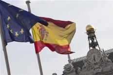 """<p>Standard & Poor's a abaissé la note de la dette souveraine espagnole à """"BBB+"""" contre """"A"""", avec perspective négative, évoquant des risques importants de dérapages budgétaires. /Photo d'archives/REUTERS/Juan Medina</p>"""