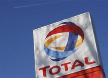 <p>Total a enregistré un léger recul de son résultat net ajusté au premier trimestre, livrant un bénéfice net hors exceptionnels de 3.074 millions d'euros (-1%) et un bénéfice net part du groupe de 3.662 millions d'euros (-7%) en incluant des éléments non-récurrents. Le groupe prévoit que sa production, stable sur les trois premiers mois de l'année, serait affectée au deuxième trimestre par certains événements dont la fuite de gaz sur sa plate-forme d'Elgin, en mer du Nord. /Photo d'archives/REUTERS/Stephen Hird</p>