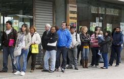 <p>Devant une agence pour l'emploi à Madrid, vendredi. Le taux de chômage a bondi à 24% au premier trimestre, atteignant son plus haut niveau en vingt ans en Espagne, alors que l'agence Standard & Poor's a abaissé de deux crans la note de la dette souveraine du pays, qui traverse sa deuxième récession en trois ans. /Photo prise le 27 avril 2012/REUTERS/Andrea Comas</p>
