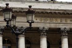 <p>Les Bourses européennes repassaient en légère hausse à mi-séance vendredi, les bonnes publications de résultats d'entreprises faisant oublier quelque peu l'abaissement de la note de l'Espagne par S&P la veille. À Paris, le CAC 40 progresse de 0,29% à la mi-jourée, la Bourse de Francfort gagne 0,08% et celle de Londres gagne 0,31%. /Photo d'archives/REUTERS/Charles Platiau</p>