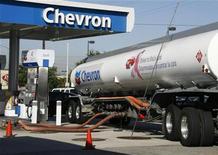 <p>Chevron affiche un bénéfice net en hausse de 4% au premier trimestre, dopé par la hausse des cours du pétrole et par l'amélioration de ses marges dans le raffinage sur fond de baisse de sa production de pétrole et gaz. /Photo d'archives/REUTERS/Fred Prouser</p>