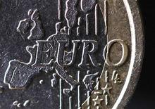<p>La série d'élections test de dimanche pour les politiques d'austérité au sein la zone euro ouvre une nouvelle période d'incertitudes politiques et risque de raviver la crise des dettes souveraines, confortant le besoin d'une initiative de croissance dont le principe s'est progressivement imposé. /Photo d'archives/REUTERS/Mal Langsdon</p>