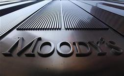 <p>Moody's Investors Service a abaissé lundi d'au moins un cran la note à long terme de la dette de 26 banques italiennes avec perspective négative. Pour certaines d'entre elles, les notes ont été abaissées de quatre crans. /Photo d'archives/REUTERS/Mike Segar</p>