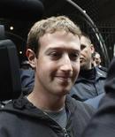 <p>Mark Zuckerberg, fondateur de Facebook. La société a relevé mardi le prix de son introduction à la Bourse de New York, fixant une fourchette de 34 à 38 dollars par action, ce qui valorise le premier réseau social sur internet à plus de 100 milliards de dollars (77,8 milliards d'euros). /Photo prise le 7 mai 2012/REUTERS/Eduardo Munoz</p>