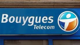 <p>Alors que Bouygues Telecom a perdu 379.000 clients au premier trimestre sous l'effet de la concurrence de Free, la maison mère du groupe diversifié a relevé mardi son objectif 2012 de chiffre d'affaires grâce à ses activités routes et construction. /Photo prise le 16 mars 2012/REUTERS/Charles Platiau</p>