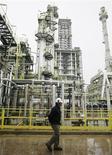 <p>Les cours du pétrole ont terminé en baisse de plus de 0,5% mardi à New York, accusant leur troisième séance de repli consécutive en raison des inquiétudes concernant une possible sortie de la zone euro de la Grèce. /Photo d'archives/REUTERS/Eliseo Fernandez</p>