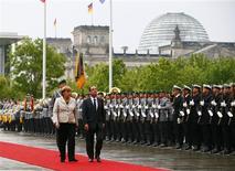 <p>France et Allemagne sont convenues mardi à Berlin, à l'occasion d'un premier entretien entre Angela Merkel et François Hollande, de présenter en commun des idées sur les moyens de relancer la croissance européenne au Conseil européen du mois prochain. /Photo prise le 15 mai 2012/REUTERS/Fabrizio Bensch</p>