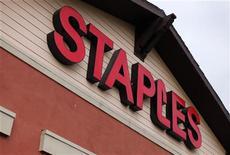 <p>Staples, numéro un américain des fournitures de bureau, fait état d'une baisse de son bénéfice au premier trimestre à 187,1 millions de dollars, contre 198,2 millions de dollars un an auparavant. /Photo prise le 28 février 2012/REUTERS/Mike Blake</p>