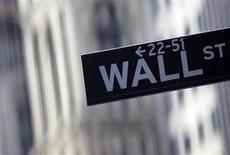 <p>Wall Street a ouvert en hausse mercredi, la préférence affichée par la chancelière allemande Angela Merkel pour un maintien de la Grèce dans la zone euro semblant rassurer les marchés mais les traders préviennent cependant que la séance risque d'être marquée par l'instabilité, dans l'attente de nouveaux développements en Europe. Dans les premiers échanges, le Dow Jones progressait de 0,24%, le Standard & Poor's de 0,34% et le composite du Nasdaq de 0,2%. /Photo d'archives/REUTERS/Eric Thayer</p>