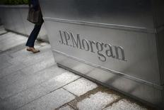 <p>JPMorgan a fait l'objet mercredi de deux actions en justice de la part de certains de ses actionnaires, qui accusent la banque et ses dirigeants d'avoir pris des risques excessifs ayant mené aux pertes de trading d'au moins deux milliards de dollars annoncées la semaine dernière. /Photo prise le 11 mai 2012/REUTERS/Dylan Martinez</p>