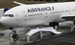 <p>Frédéric Cuvillier, ministre délégué aux Transports, a déclaré lors d'un entretien avec le PDG d'Air France que le gouvernement serait particulièrement attentif à ce que le plan de redressement de la compagnie aérienne ne conduise pas à des licenciements secs. /Photo d'archives/REUTERS/Marcus R Donner</p>