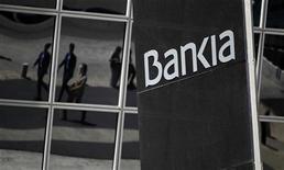<p>Correction du titre. Bankia va demander à l'Etat espagnol plus de 15 milliards d'euros pour son sauvetage lors de la présentation vendredi de son plan de restructuration par sa nouvelle équipe de direction. /Photo prise le 9 mai 2012/REUTERS/Paul Hanna</p>