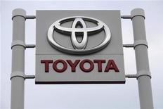 <p>Toyota Motor lancera huit modèles compacts spécialement conçus pour les marchés émergents d'ici à 2015. Le constructeur japonais veut ainsi regagner une partie du terrain perdu sur Volkswagen et General Motors. /Photo d'archives/REUTERS/Ints Kalnins</p>