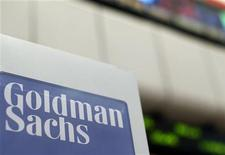 <p>Goldman Sachs à suivre sur les marchés américains. La division gestion d'actifs de la banque américaine prévoit de récolter environ 100 milliards de yens (1,3 milliard de dollars, un milliard d'euros) auprès d'investisseurs japonais et étrangers pour les investir dans l'immobilier japonais. /Photo prise le 16 avril 2012/REUTERS/Brendan McDermid</p>