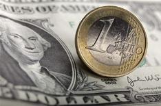 <p>L'euro est repassé vendredi sous le seuil de 1,25 dollar, à 1,2495 dollar vers 13h28 GMT - une première depuis juillet 2010 -, en raison du regain d'inquiétude suscité par la situation financière de la zone euro. /Photo d'archives/REUTERS/Kacper Pempel</p>