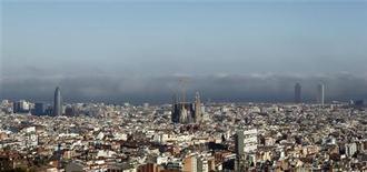 <p>Vue de Barcelone, capitale de la Catalogne. La plus riche des régions autonomes d'Espagne a besoin de l'aide financière de l'Etat central faute de pouvoir refinancer sa dette cette année. La région a plus de 13 milliards d'euros de dette à refinancer cette année, qui s'ajoutent à son déficit budgétaire. /Photo prise le 16 mars 2012/REUTERS/Albert Gea</p>