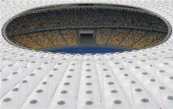 <p>Le stade olympique de Kiev, qui accueillera la finale de l'Euro. L'Ukraine, co-organisatrice des championnats d'Europe de football le mois prochain, a investi au total plus de 10 milliards d'euros pour la compétition, une somme qu'elle pourrait bien ne pas récupérer dans son intégralité, avec le risque associé pour les échéances liées à sa dette. /Photo prise le 15 mai 2012/REUTERS/Anatolii</p>