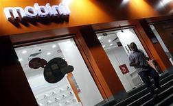 <p>France Télécom a acquis 94% du groupe égyptien de téléphonie mobile Mobinil, selon l'autorité boursière du Caire, donnant à l'opérateur français le contrôle de la société égyptienne. /Photo d'archives/REUTERS/Mohamed Abd El-Ghany</p>