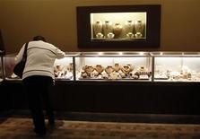 <p>Les ventes mondiales de produits de luxe, stimulées par un marché chinois en expansion, devraient augmenter de 7% par an jusqu'en 2014 sauf en cas de crise économique majeure, selon des prévisions publiées mardi par le cabinet Boston Consulting Group. /Photo d'archives/REUTERS/Carlos Barria</p>
