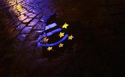 <p>La Commission européenne exposera mercredi ses propositions en matière de traitement des banques en situation de faillite, un pas dans la direction d'une union bancaire que la BCE réclame pour affermir l'avenir de l'euro. Mais ce projet ne devrait pas voir le jour avant 2014, trop tard pour l'Espagne qui risque de devoir se résigner à faire appel d'ici là à un plan de sauvetage fondé sur le modèle grec. /Photo prise le 21 janvier 2012/REUTERS/Kai Pfaffenbach</p>
