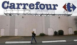 <p>Carrefour, seule valeur dans le rouge, à suivre à la Bourse de Paris à la mi-séance où le CAC 40 accroît ses gains en fin de matinée (+1,96% à 3.044,52 points vers 12h00), porté comme les autres grands indices européens par des anticipations de nouvelles mesures de soutien aux banques à l'issue de la réunion du conseil des gouverneurs de la BCE. /Photo prise le 19 janvier 2012/REUTERS/Régis Duvignau</p>