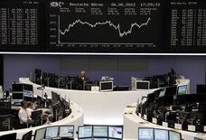 <p>Les Bourses européennes ont clôturé en hausse mercredi, les investisseurs espérant que la crise en zone euro et les récentes statistiques macroéconomiques jugées décevantes incitent les grandes banques centrales à intervenir pour soutenir la croissance mondiale. L'indice CAC 40 a fini sur un gain de 2,42% et la Bourse de Francfort a pris 2,09%. /Photo prise le 6 juin 2012/REUTERS/Remote/Michael Leckel</p>