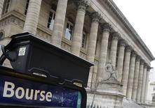 <p>Les Bourses européennes et les futures sur indices américains ont accentué leurs gains à mi-séance en réaction à une baisse des taux en Chine, dans un marché soutenu dès l'ouverture par l'espoir de mesures de soutien de l'économie en Europe et aux Etats-Unis. À Paris, le CAC 40 gagne 0,82% à 3.083,37 points vers 13h15. /Photo d'archives/REUTERS/Régis Duvignau</p>