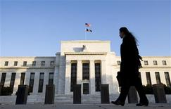 <p>La Réserve fédérale a publié jeudi une proposition de mise en oeuvre des dispositions de Bâle III qui, pour l'essentiel, fait fi des arguments du secteur bancaire américain qui réclamait d'en édulcorer certaines. /Photo d'archives/REUTERS/Larry Downing</p>