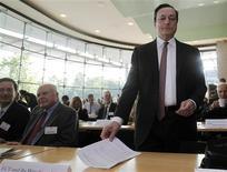 <p>La zone euro est en proie à des risques sérieux et les responsables politiques doivent agir rapidement, a déclaré le président de la Banque centrale européenne Mario Draghi vendredi lors d'une conférence à Francfort, ajoutant que, de son côté, l'institution monétaire se tenait prête à soutenir les banques. /Photo prise le 15 juin 2012/REUTERS/Alex Domanski</p>