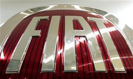 <p>Fiat va réduire ses investissements en Europe de 500 millions d'euros cette année en raison de la déprime prolongée du marché automobile. /Photo d'archives/REUTERS/Alessandro Bianchi</p>