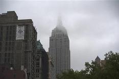 <p>Nuage au-dessus de l'Empire State Building à New York. L'indice du même nom, qui mesure la croissance de l'activité manufacturière dans l'Etat américain, a ralenti bien plus qu'attendu en juin pour ressortir à 2,29 points contre 17,09 en mai. /Photo prise le 3 mai 2012/REUTERS/Keith Bedford</p>