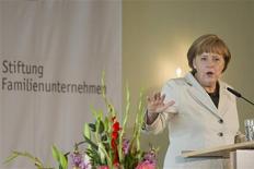 <p>Angela Merkel a réaffirmé vendredi son opposition à toute forme de mutualisation de la dette en Europe, rejetant ainsi les propositions faites la veille par le président français François Hollande. Durcissant le ton, la chancelière allemande a également invité l'Europe à entamer une discussion sur le fossé qui se creuse selon elle entre la France et l'Allemagne. /Photo prise le 15 juin 2012/REUTERS/Thomas Peter</p>