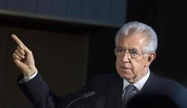 """<p>Le président du Conseil Mario Monti. Le gouvernement italien a annoncé vendredi un programme de privatisations, de réduction des dépenses des ministères et d'aides fiscales aux ménages et aux entreprises dans le cadre d'un """"décret de croissance"""" censé contrer les effets néfastes de la rigueur budgétaire. /Photo prise le 13 juin 2012/REUTERS/Thomas Peter</p>"""