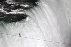 <p>Le funambule américain Nik Wallenda a franchi vendredi les chutes du Niagara sur un fil tendu au-dessus du vide. La traversée a duré un peu plus de 25 minutes. /Photo prise le 15 juin 2012/REUTERS/Mark Blinch</p>