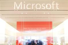 <p>Microsoft rachète pour 1,2 milliard de dollars (960 millions d'euros) en numéraire de Yammer, un groupe spécialisé dans les réseaux sociaux professionnels, qui devrait permettre au numéro un mondial des logiciels d'offrir des prestations de type Facebook à ses clients professionnels. /Photo d'archives/REUTERS/Mike Blake</p>