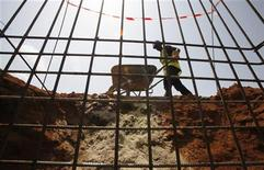 <p>Les mises en chantier et permis de construire de logements ont de nouveau reculé en mai, portant la baisse sur trois mois à 4,6% et 2,7% respectivement par rapport aux trois mois précédents, selon les chiffres publiés par le ministère de l'Ecologie. /Photo d'archives/REUTERS/Thierry Gouegnon</p>