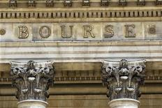 <p>Les Bourses européennes ont ouvert en légère hausse mardi, interrompant une série de trois séances de baisse, malgré le doute persistant sur la capacité du sommet européen des 28 et 29 juin à déboucher sur des mesures efficaces contre la crise. À Paris à 9h32, le CAC 40 regagnait 0,34%, après son recul de 2,24% lundi. /Photo d'archives/REUTERS/Charles Platiau</p>