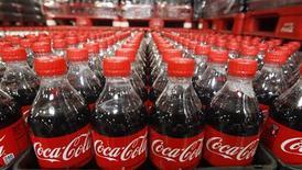 <p>Le titre Coca-Cola, à suivre sur les marchés américains. Le leader mondial des boissons non alcoolisées a porté de deux à cinq milliards de dollars son programme d'investissement en Inde jusqu'en 2020, pour assurer son développement sur ce marché en forte croissance. /Photo d'archives/ REUTERS/George Frey</p>