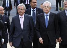 <p>Le président de l'Eurogroupe Jean-Claude Juncker (à gauche) et le président du Conseil italien Mario Monti à Bruxelles. Les ministres des Finances de la zone euro ont accepté mercredi la demande d'aide de l'Espagne et dit qu'elle solliciterait sans doute entre 51 et 62 milliards d'euros pour renflouer ses banques. Ils ont également accepté la demande d'aide de Chypre, qui sera elle aussi versée par l'intermédiaire du FESF ou du MES dès que son montant aura été établi. /Photo prise le 27 juin 2012/REUTERS/François Lenoir</p>