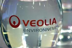<p>Veolia Environnement (-3,65%) accuse la plus forte baisse du CAC 40 à la mi-séance. UBS, passé à la vente sur le titre, estime que le groupe est trop diversifié, que ses profits son trop faibles et qu'il verse des dividendes trop élevés au regard de la faiblesse de son bilan. /Photo d'archives/REUTERS/Charles Platiau</p>